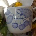 kézzel festett porcelán bögre , Férfiaknak, Konyhafelszerelés, Bögre, csésze, A bögre kézi festéssel díszített kék, meggyes motívummal.4,5 dl-es, magassága: 9 cm, átm.: ..., Meska