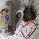 kézzel festett porcelán bögre, Konyhafelszerelés, Baba-mama-gyerek, Bögre, csésze, Kézzel festett porcelán bögre, kislány mintával. 3dl-es, Meska