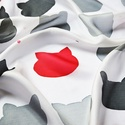 The Red Cat selyemkendő, Ruha, divat, cipő, Kendő, sál, sapka, kesztyű, Kendő, Szürke és élénkpiros macskafejek váltakoznak a fehér alapon. Vidám és egyben elegáns viselet. Egy sz..., Meska