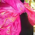 Pink selyemkendő hibiszkus virág mtívummal, Ruha, divat, cipő, Kendő, sál, sapka, kesztyű, Kendő, Selyemfestés, Festett tárgyak, mérete: 74*74,90*90, 150*40 válaszható  színvilága:  pink árnyalatai    Arany színű kontúrral rajzo..., Meska