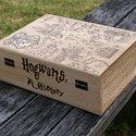 Harry Potter kalandtérképes doboz, Otthon, lakberendezés, Tárolóeszköz, Doboz, Famegmunkálás, Mindenmás, Mérete 23,5X18X8,5 cm Harry Potter inspirálta térképpel díszített könyves doboz. Faégetéssel készül..., Meska