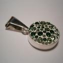 Ezüst medál Swarovski kövekkel, Ékszer, óra, Medál, Ékszerkészítés, Ötvös, Kerek formájú ezüst alapmedált készítettem.Belenyomkodtam a Ceralun ékszergyurmát az ezüst alapba,a..., Meska