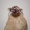 SWAROVSKI KÖVES GYŰRŰ, Ékszer, óra, Gyűrű, Ékszerkészítés, Ötvös, Kerek(10mm) foglalatú gyűrű,Swarovski kövekkel kirakva.Rózsaszín és lila árnyalatúak a kövek.925-ös..., Meska
