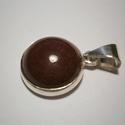 Jáspis medál, Ékszer, óra, Medál, Ékszerkészítés, Ötvös, Kerek kaboson bordó jáspiskőhöz(14mm-es) készítettem  a medált 925-ös ezüstből.Fémjelzett ékszer, Meska