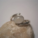 Holdkő  gyűrű, Ékszer, Fülbevaló, 6x8 mm-es holdkőhöz ezüst foglalatot készítettem és egy szétnyitott sín közé forrasztottam..., Meska