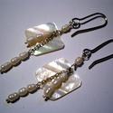 Gyöngy-ezüst fülbevaló, Ékszer, Fülbevaló, Tenyésztett gyöngyöket fűztem ezüst huzalra és láncra, egy -egy gyöngyház négyzettel.Az ak..., Meska