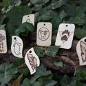 Medál, Dekoráció, Ékszer, Medál, Dísz, Egyedi (kérésre egyéni) mintával díszített natúr, fa medál.  Téglalap alakú: 3,4 x 5,1 x 0,2 cm Hull..., Meska