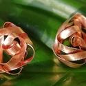Bíbor fülbevaló vörösrézből, Ékszer, Fülbevaló, Klipsz, Ékszerkészítés, A rózsa mintázatú Bíbor fülbevaló a sok-sok hajlításnak és a gravírozásnak köszönhetően szépen csil..., Meska