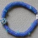 Kék gyöngyfűzött karkötő, Kék gyöngyfűzött karkötő. Szép, telt kék s...