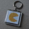 Pac-man hímzett kulcstartó, Mindenmás, Kulcstartó, Pac-man hímzett kulcstartó Menő és vicces 4 cm négyzet DMC fonál, műanyag kulcstartó , Meska