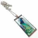 Páva - téglalap alakú üveglencsés nyaklánc, Ékszer, óra, Nyaklánc, Ékszerkészítés, 50x25mm-es lencseátmérőjű, gyönyörű színekben pompázó nyakláncot alkottam. Nem egy szokványos darab..., Meska