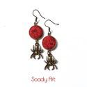 Halloweeni, pókos fülbevaló, Ékszer, Fülbevaló, Saját tervezésű fülbevaló pár, piros-vörös textilgombbal és fém pók medállal. A fülbevaló hossza kb...., Meska