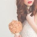 Óarany rózsás menyasszonyi csokor szett, Esküvő, Esküvői csokor, Gyűrűpárna, Hajdísz, ruhadísz, Gyöngyfűzés, Varrás, Kicsi, finom óarany rózsacsokor. Semmi túlzás, semmi giccs. Csak egy szolíd csokor, amivel az oltár..., Meska