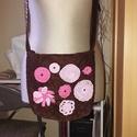 Kreatív kis táska, Táska, Válltáska, oldaltáska, Horgolás, Varrás, Horgolt virágokkal  díszítettem ezt a kis táskát, ami vászon belsővel 2 szebbel kívül lágy anyagból..., Meska