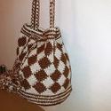 Horgolt táska, Táska, Válltáska, oldaltáska, Tarisznya, Káró mintás kis táskát készítettem, szintetikus anyagból. Méretei alja átmérője 20 cm ma..., Meska