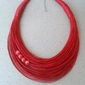 L2445 Piros pamut nyaklánc, Piros nyaklánc 4 kerámia gyönggyel.   A nyaklá...