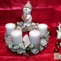 Adventi koszorú hóemberrel 30cm átmérőjű, Dekoráció, Ünnepi dekoráció, Karácsonyi, adventi apróságok, Karácsonyi dekoráció, Virágkötés, 30 cm átmérőjű adventi koszorú kerek alapra, hóemberrel, gyertyákkal, termésekkel és egyéb dekoráci..., Meska