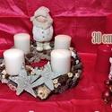 Adventi koszorú 30cm átmérőjű, manóval, Dekoráció, Ünnepi dekoráció, Karácsonyi, adventi apróságok, Karácsonyi dekoráció, Virágkötés, 30 cm átmérőjű adventi koszorú kerek alapra, kerámia manóval, gyertyákkal, termésekkel és egyéb dek..., Meska