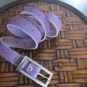 Keskeny lila bőröv strasszköves csattal, -valódi bőrből készült ez az öv -egy szép s...