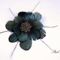 Selyemfényű elegancia - zöld toll hajdísz, Ékszer, Ruha, divat, cipő, Hajbavaló, Hajcsat, Ékszerkészítés, Gyöngyfűzés, Zöld tollakból alkottam virágot, melynek közepére szintén egy virág került, immár gyöngyből fűzve. ..., Meska
