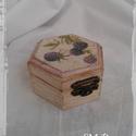 Fa ékszeres dobozka., Esküvő, Otthon, lakberendezés, Dekoráció, Nászajándék, Fa ékszeres dobozka.  Antik hatású, decoupage technikával díszített. Tökéletes ajándék szerelmünknek..., Meska