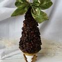 Karácsonyfa a'la kávé, Kávészemekből készült, fenyőfa alakját form...