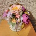 Tavaszi virág box madárral, Otthon & Lakás, Dekoráció, Asztaldísz, Virágkötés, Arany szegélyes fehér papír dobozt választottam ehhez a virág a virág boxhoz. Élethű tavaszi virágo..., Meska