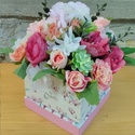 Kocka virág box, Otthon & Lakás, Dekoráció, Asztaldísz, Virágkötés, Ehhez a boxomhoz kocka alakú mintás dobozt választottam! 18x18cm az átmérője és élethű kis virágokk..., Meska