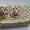 Horgolt lila virágos, gombos papírzsebkendő tartó, Képzőművészet, Vegyes technika, Horgolás, Varrás, Eladó a képen látható horgolt papírzsebkendő tartó. Vajszínű fonalból készítettem, lila gombbal van..., Meska