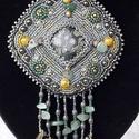 Tündérlak gyöngyhímzett nyaklánc, Ékszer, Nyaklánc, Az ásványt Kambaba jáspisként vettem, de utána nézve, ez egy mexikói Nebula kő. Zöld csilla..., Meska