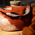 Rókát ábrázoló nemezelt szütyő, kézitáska, neszeszer, Táska, Neszesszer, Pénztárca, tok, tárca, Erszény, Nemezelés, Alvó rókát ábrázoló nemezelt, kisméretű kézitáska (mérete 22cm x 16cm). Gömbölyű gombra akasztható ..., Meska