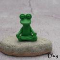 Meditáló béka/Namaste, Süthető gyurmából kézzel formázott kis béka...