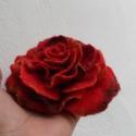 Nemezelt piros rózsa bross , Ékszer, óra, Bross, kitűző, Nemezelés, Gyönyörű bross rózsa 100% gyapjúból, selyem használatával. Nuno feltig technikával készült., Meska