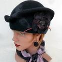 Acélszürke nemezelt kalap cloche, Ruha, divat, cipő, Kendő, sál, sapka, kesztyű, Sapka, Nemezelés,  Kalap 100% gyapjúból készült, 100% selyem rost használatával.Díszítés -  egybenemezelt virág szürk..., Meska