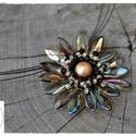 Elegáns Gerbera medál, Fekete és arany színű gyöngyökből készült ...