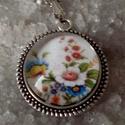 Tavaszi virágok, Ékszer, óra, Esküvő, Medál, Nyaklánc, Ékszerkészítés, Tavaszi virág csokor üveglencsébe zárva.  anyaga antik ezüst. 20mm üveglencse lánc hossz:50 cm, Meska
