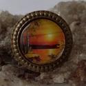 Naplemente üveglencsés gyűrű, Ékszer, Gyűrű, Medál, Nyaklánc, Gyűrűbe zárt naplemente a nyugalom szigete üveglencse alatt. méret:20mm üveglencse Méret áll..., Meska