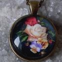 Rózsák kertje, Ékszer, Medál, Nyaklánc, Ékszerkészítés, Vintage rózsás képet tettem üveglencse alá .a rózsa egy csodálatos virág a szerelem virága pompázó ..., Meska