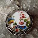 Tavaszi virágok, Ékszer, Esküvő, Medál, Nyaklánc, Tavaszi virág csokor üveglencsébe zárva.  anyaga antik ezüst. 20mm üveglencse lánc hossz:50 c..., Meska