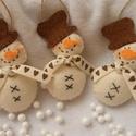 """""""Hóember Trió """", Dekoráció, Hímzés, Varrás, Ezt a három hóembert fehér gyapjúfilcből készítettem .Magasságuk 9 cm . Az ár 3 darabra vonatkozik !, Meska"""