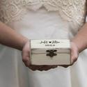 Kézzel festett, névvel és dátummal ellátott gyűrűtartó doboz esküvőre, egyedi felirattal, Esküvő, Gyűrűpárna, Esküvői dekoráció, Famegmunkálás, Festett tárgyak, Kézzel festett, névvel és dátummal ellátott gyűrűtartó doboz esküvőre, ajándékba.   Egyedi feliratt..., Meska