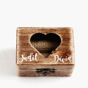 Kézzel festett, névvel és dátummal ellátott gyűrűtartó doboz esküvőre, egyedi felirattal, Esküvő, Gyűrűpárna, Esküvői dekoráció, Famegmunkálás, Festett tárgyak,  Kézzel festett, névvel  ellátott gyűrűtartó doboz esküvőre, ajándékba.   Egyedi felirattal kérhető..., Meska