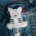 Csíkos macsek kitűző, Ékszer, Bross, kitűző, Gyöngyfűzés, Élvezettel készítettem egyedi mintája miatt. Gyöngyhímzéssel készült ez a kitűző, erős kapoccsal le..., Meska