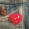 Kis piros szív kitűző, Ékszer, Bross, kitűző, Gyöngyfűzés, Élvezettel készítettem egyedi mintája miatt. Gyöngyhímzéssel készült ez a kitűző, erős kapoccsal le..., Meska