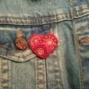 Kis piros szív 2 kitűző, Ékszer, Bross, kitűző, Gyöngyfűzés, Élvezettel készítettem egyedi mintája miatt. Gyöngyhímzéssel készült ez a kitűző, erős kapoccsal le..., Meska