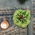 Zöld pipacs kitűző, Ékszer, Bross, kitűző, Gyöngyfűzés, Ebben a kitűzőben a különböző méretű, alakú gyöngyök harmóniáját próbáltam összehozni. Szerintem eg..., Meska