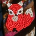 Kisróka pirosban kitűző, Ékszer, Bross, kitűző, Gyöngyfűzés, Manapság sokan kedvelik ezt a kis róka figurát. Nekem is bejön, még így gyöngyből is. Gyöngyhímzéss..., Meska