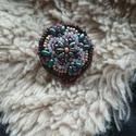 Mandala kitűző, Ékszer, Bross, kitűző, Gyöngyfűzés, A nyugalom és harmónia megtestesítői a mandalák. Gyöngyhímzéssel , kézzel készült kitűző, 3X3cm  Dí..., Meska