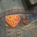 Kis narancs szív kitűző, Ékszer, Bross, kitűző, Gyöngyfűzés, Élvezettel készítettem egyedi mintája miatt. Gyöngyhímzéssel készült ez a kitűző, erős kapoccsal le..., Meska