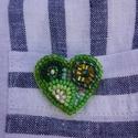 Kis zöld szív kitűző, Ékszer, Bross, kitűző, Gyöngyfűzés, Élvezettel készítettem egyedi mintája miatt. Gyöngyhímzéssel készült ez a kitűző, erős kapoccsal le..., Meska